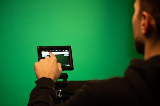 Un chico usando la pantalla de la cámara