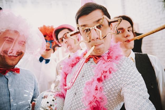 Chicos gay tomando selfie en teléfono en la fiesta.