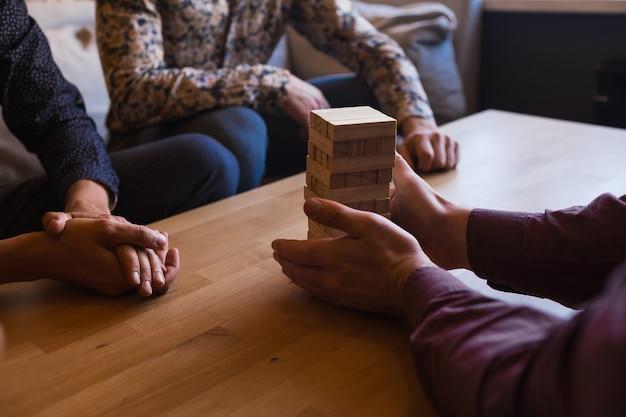 Chicos juegan al juego de mesa en un elegante café tipo loft con un diseño moderno.