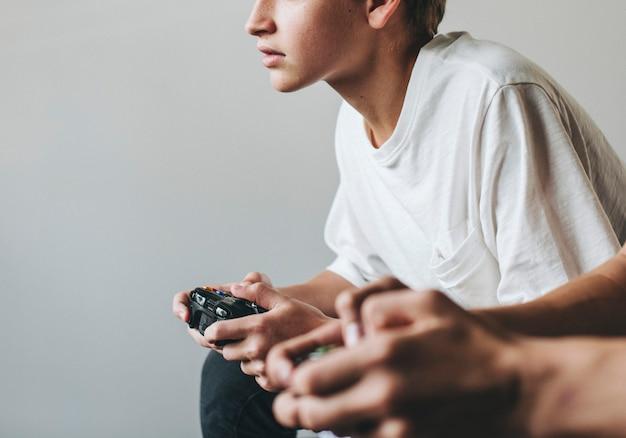 Chicos jugando videojuegos juntos