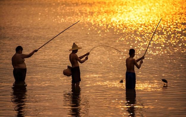 Chicos pescando en el rio