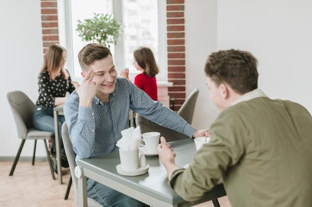 Chicos tomando café en un restaurante
