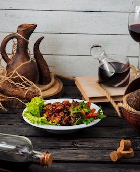 Chig kofte turco con carne y hierbas sobre una mesa rústica.