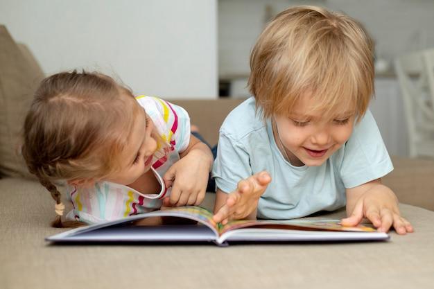 Childs en casa leyendo