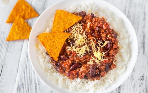 Chile con carne servido con arroz blanco