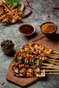 Chile picante a la parrilla se llama maha decora el plato maravillosamente.