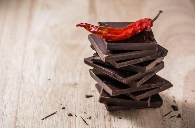 Chile en la pila de barras de chocolate