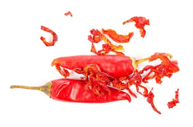 Chile rojo seco o guindilla de cayena aislado sobre fondo blanco.