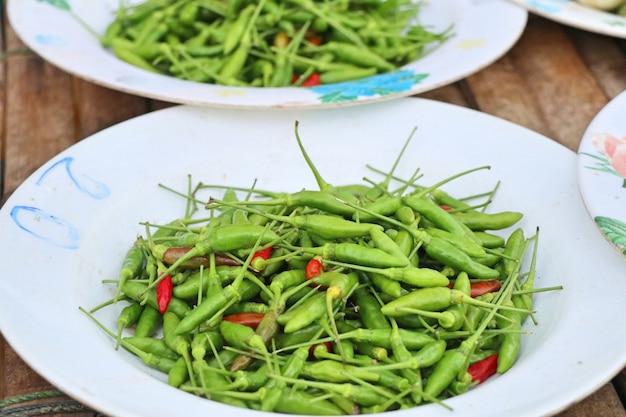 Chiles frescos en la comida de la calle