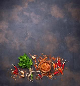 Chiles rojos, ajo y perejil.