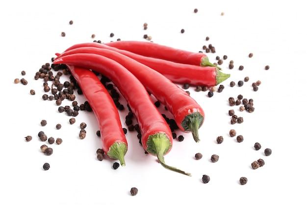 Chiles rojos y granos de pimienta y granos de pimienta