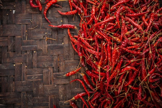 Chiles secos rojos colocados en el espacio en el tejido.