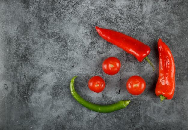 Chiles y tomates. vista superior.