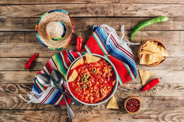 Chili con carne en bol con totopos