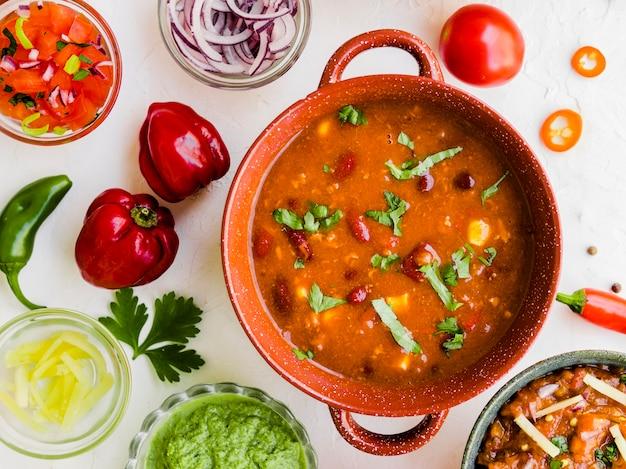 Chili casero con salsas y pimientos