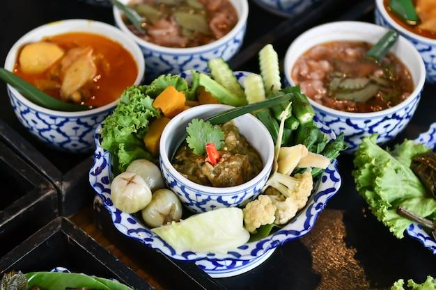 Chili y curry de verduras frescas se sirven para turistas extranjeros.