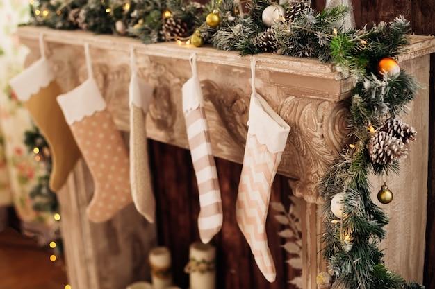 Chimenea decorada para las vacaciones de navidad con juguetes.