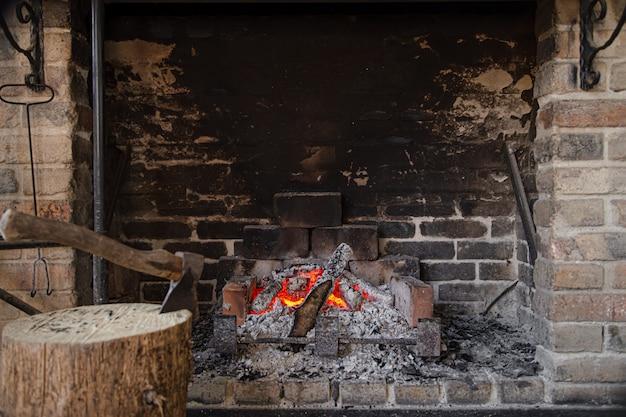 Chimenea grande con fuego ardiente y elementos decorativos.