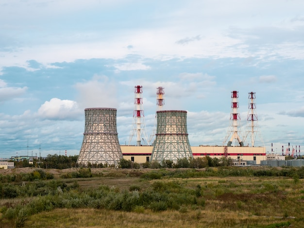 Chimeneas de una central eléctrica, un distrito industrial en el suroeste de san petersburgo