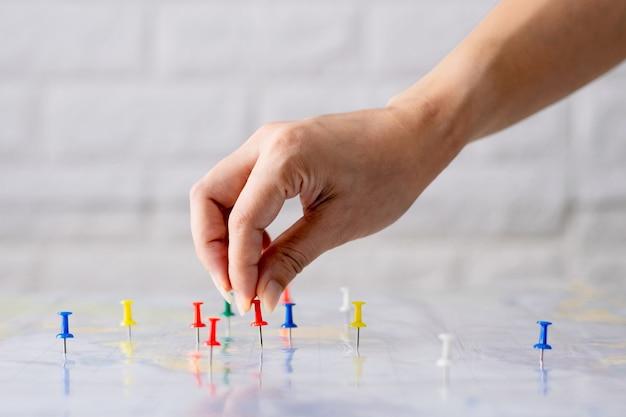 Chincheta de mano en el mapa del mundo