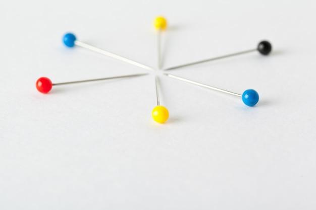 Chinchetas de colores sobre un tablero blanco. concepto de escuela o negocio