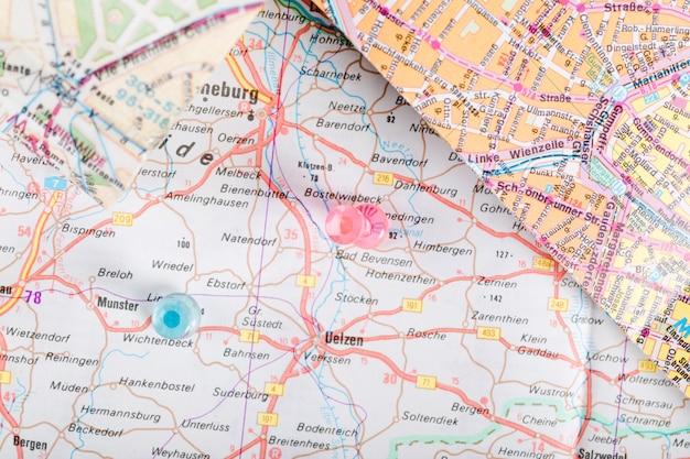 Chinchetas rosas y azules que muestran la ubicación de marcado en el mapa