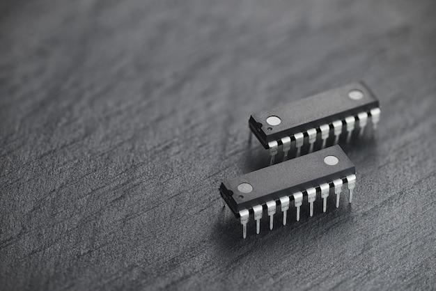 Chip de circuito integrado sobre fondo de pizarra negra