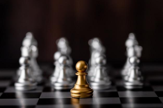 Chip de oro y ajedrez plateado a bordo