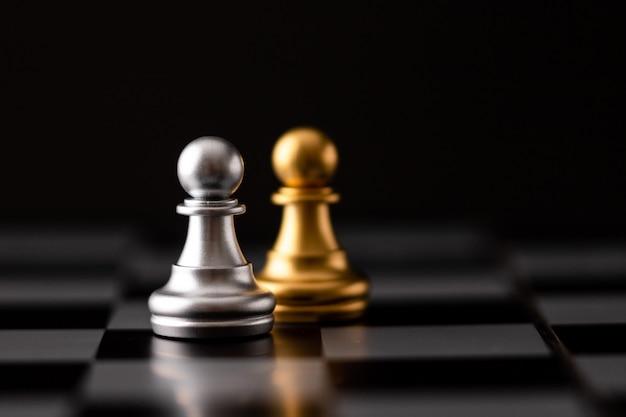 Chip de oro y plata en el tablero de ajedrez
