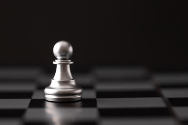 Chip de plata en el tablero de ajedrez