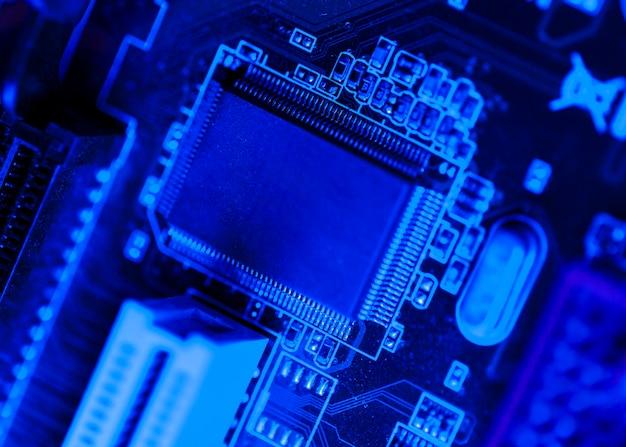Chip temático azul en placa de circuito