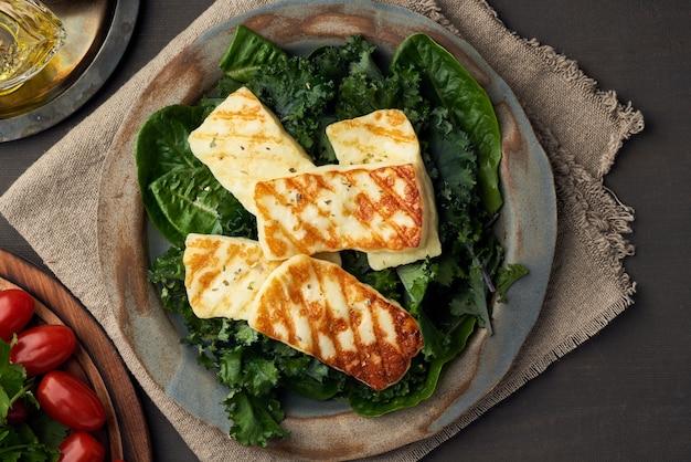 Chipre frió el queso halloumi con una saludable ensalada verde. lchf, pegan, fodmap
