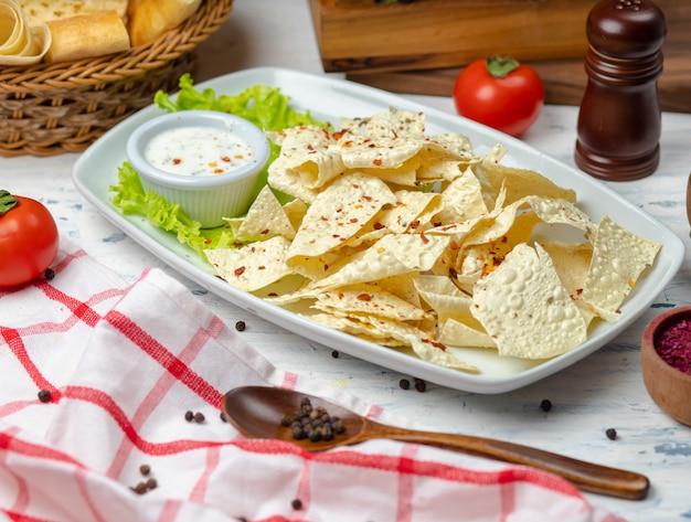 Chips de crujiente de lavas con hierbas y salsa de mayonesa con crema agria