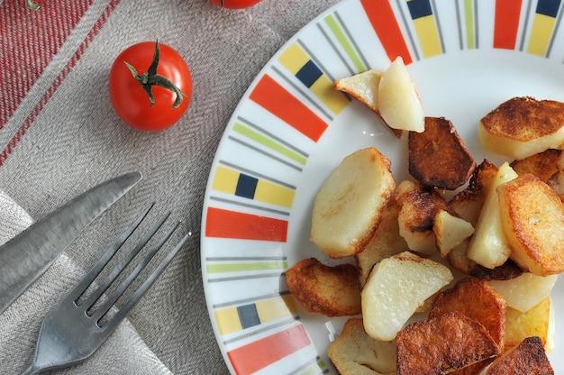 Chips de oro en el plato y tomates chery
