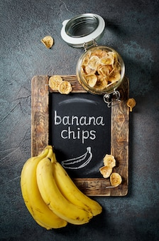 Chips de plátano caseros en un frasco de vidrio