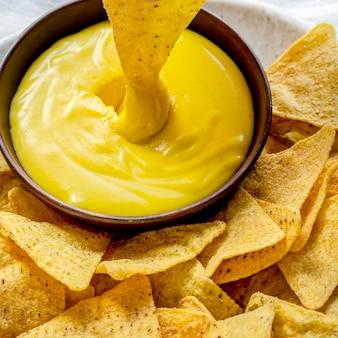Chips de tortilla de maíz tex mex con salsa de queso cheddar