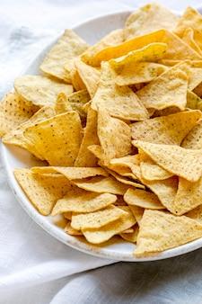 Chips de tortilla de maíz tex mex en un tazón