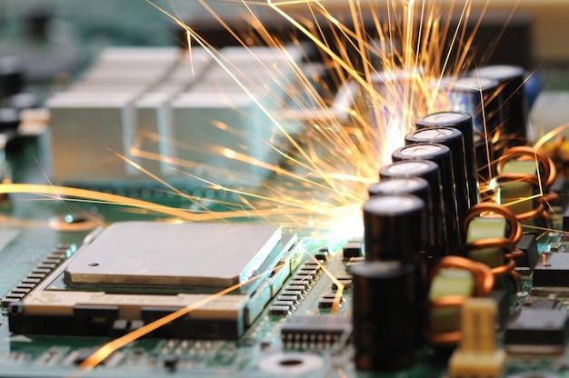 Chispas ardientes salen del chip de control del equipo controlador.