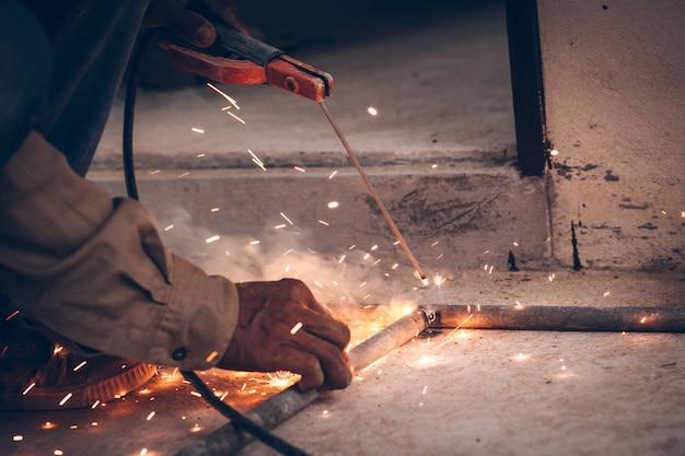 Las chispas de llamas son causadas por la soldadura.