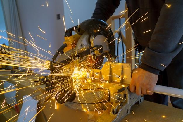 Chispas mientras se muele el hierro, corte de metales, obrero