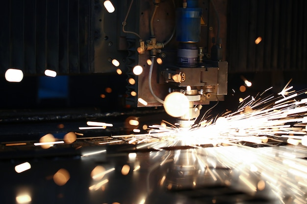 Las chispas salen del cabezal de la máquina para el procesamiento de metales