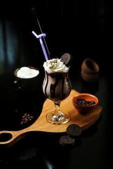 Chocolade cóctel de hielo con galleta oreo