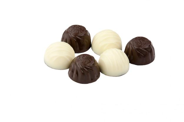Chocolate blanco y negro sobre fondo blanco.