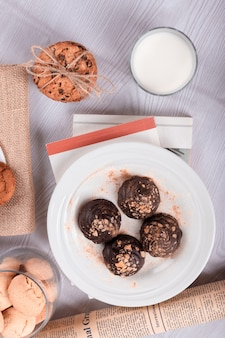 Chocolate, bocadillos dulces y leche sobre la mesa.