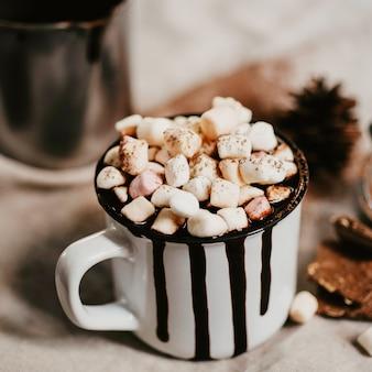 Chocolate caliente con caramelos de malvavisco.