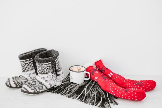 Chocolate caliente cerca de ropas calientes