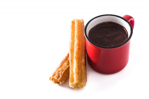 Chocolate caliente con churros aislado en blanco