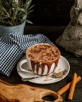 Chocolate caliente cubierto con cacao