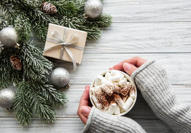 Chocolate caliente y decoraciones navideñas