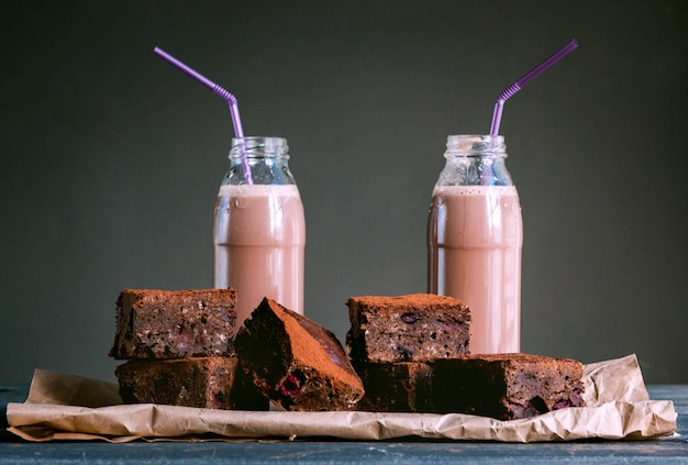 Chocolate caliente y dulces en superficie azul
